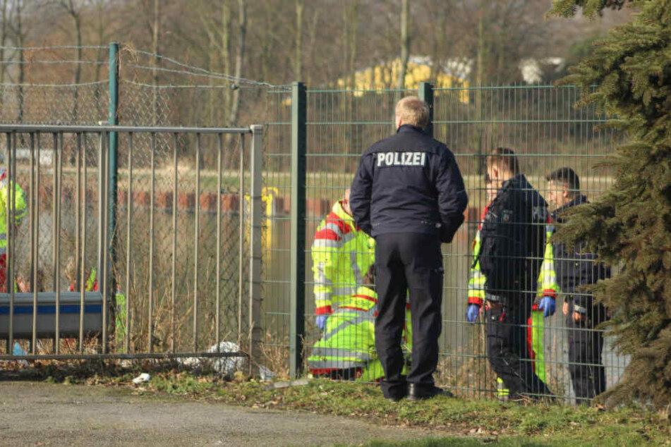 Die Polizei untersucht das Gelände um die Fundstelle.