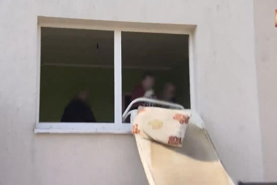Alles, was die Bewohner in der Adolf-Kolping-Straße vor dem Auszug nicht entsorgt hatten, wird aus den Fenstern geworfen.