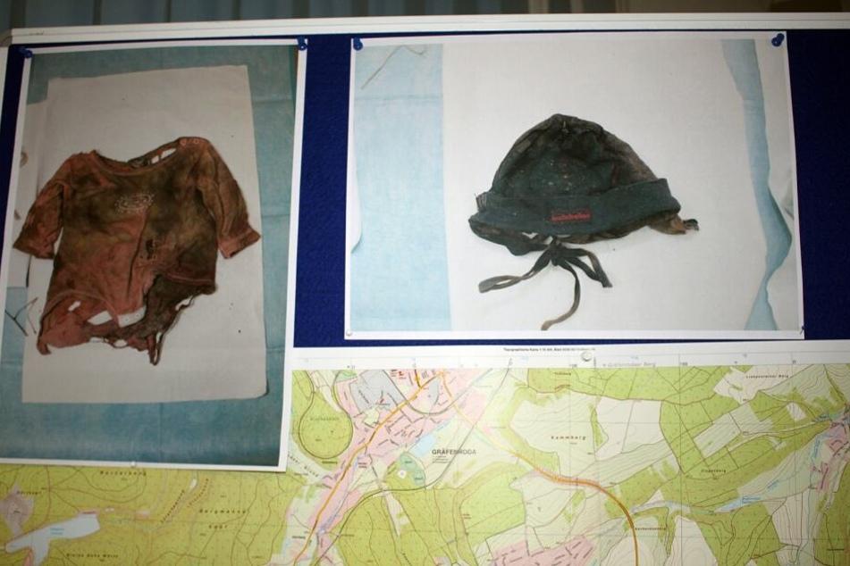 Diese Sachen trug die sehr verweste Leiche des Babys. Besonders die Mütze ist dabei interessant.