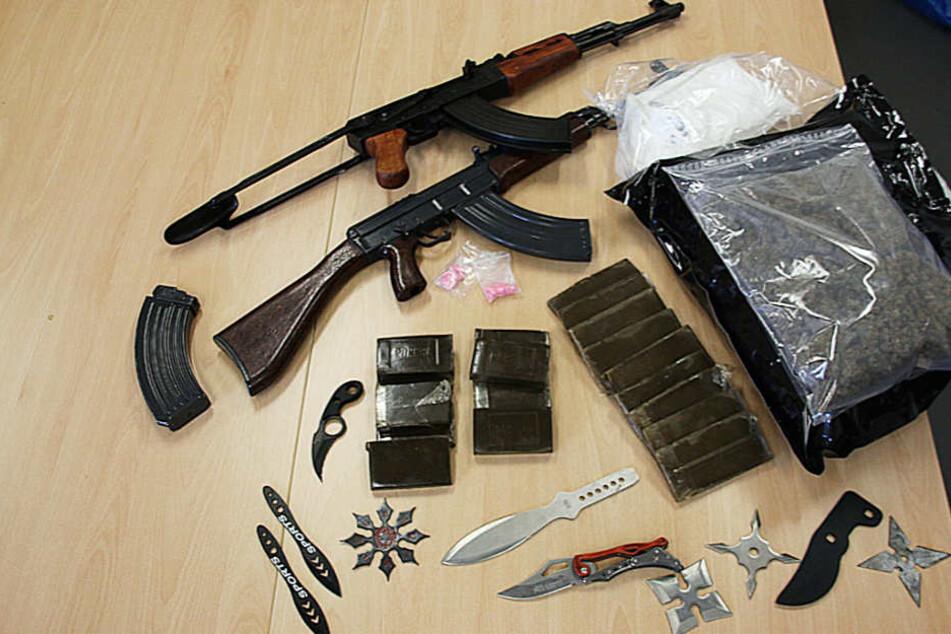 Das Bild zeigt die sichergestellten Drogen und Waffen.