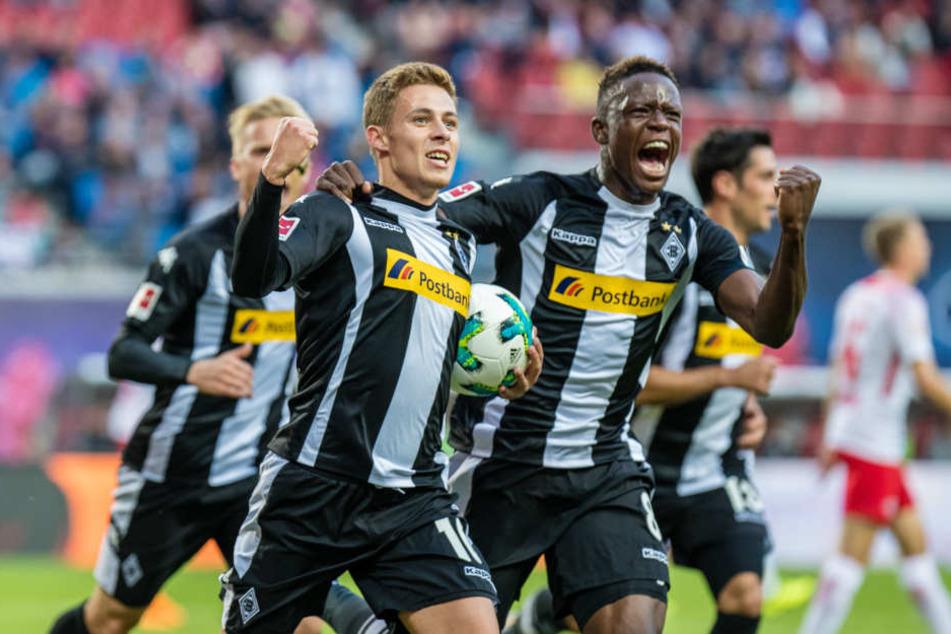 """""""Wer im Stadion war, hat sein Kommen nicht bereut"""", sagte Gladbachs Trainer Dieter Hecking. Hier feiern Hazard (l.) und Zakaria das 1:1."""