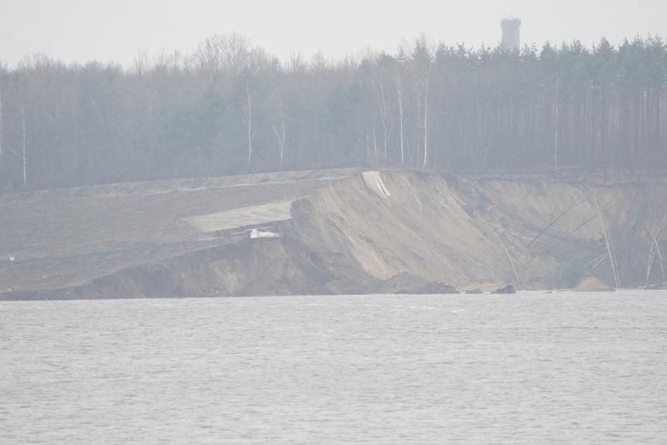 Auf einer Länge von 500 Metern rutschte das Ufer am Knappensee in das Wasser ab.