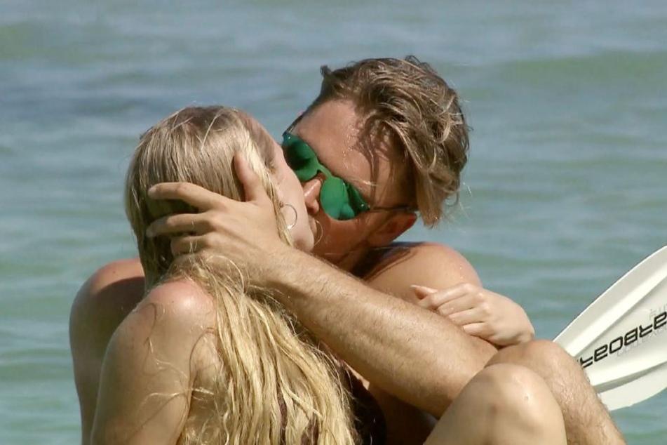 """Bereits bei ihrem ersten Auftritt bei """"Bachelor in Paradise"""" tauschte Svenja heiße Küsse mit Johannes aus."""