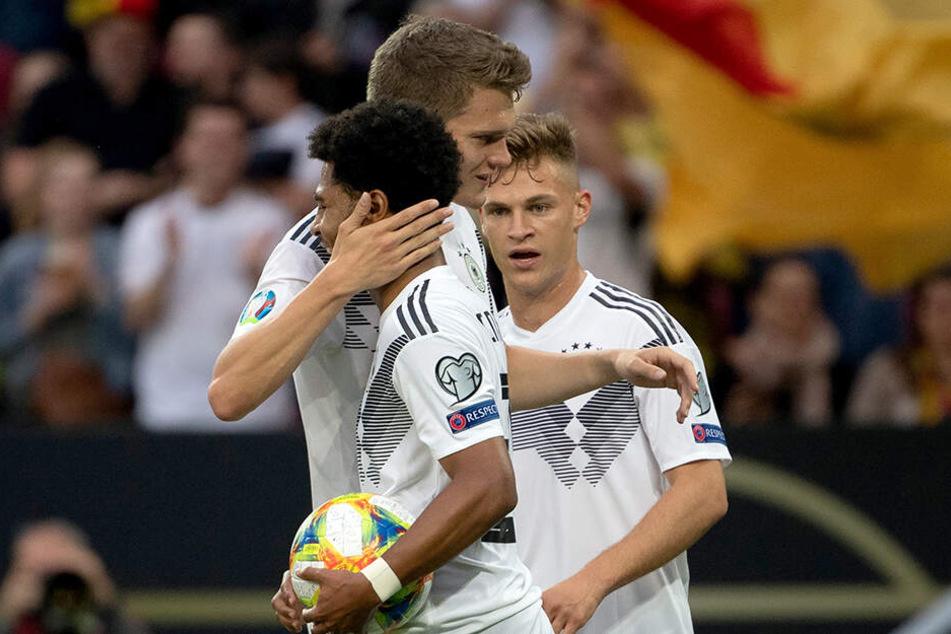 Beim EM-Quali-Hinspiel gegen Estland konnte Matthias Ginter noch mit seinen Nationalmannschafts-Kollegen vom FC Bayern, Serge Gnabry und Joshua Kimmich, gemeinsam feiern. Nun fällt er für das Rückspiel wohl aus.