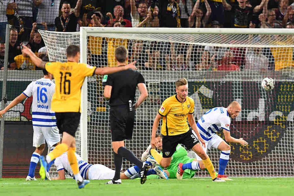 Die letzten beiden Spielzeiten begann Dynamo daheim jeweils gegen Duisburg. Beide mal siegte Dresden 1:0, beide Mal traf Lucas Röser (2.v.r).
