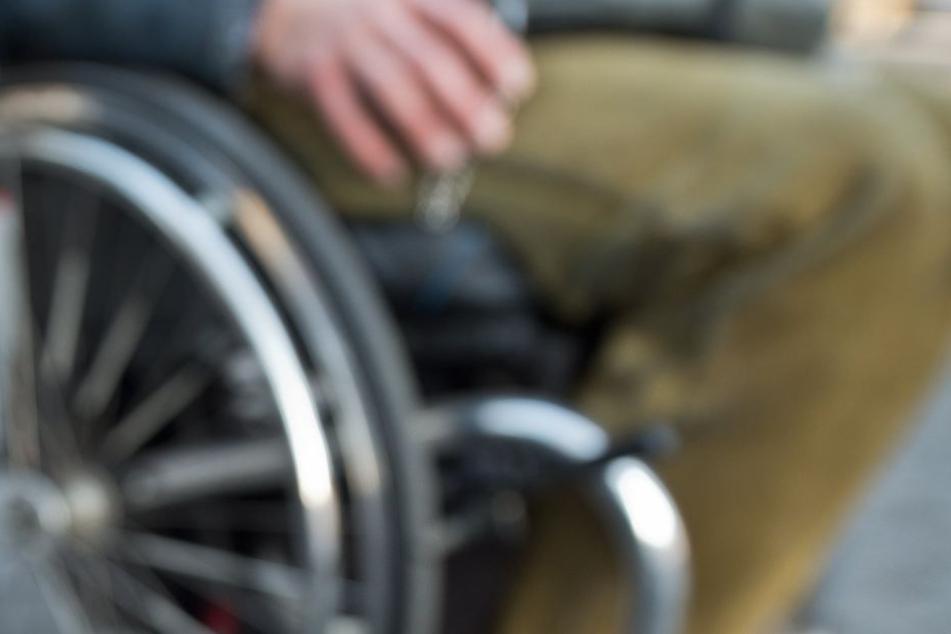 Der Rollstuhlfahrer wurde durch die Attacke schwer verletzt. (Symbolbild)