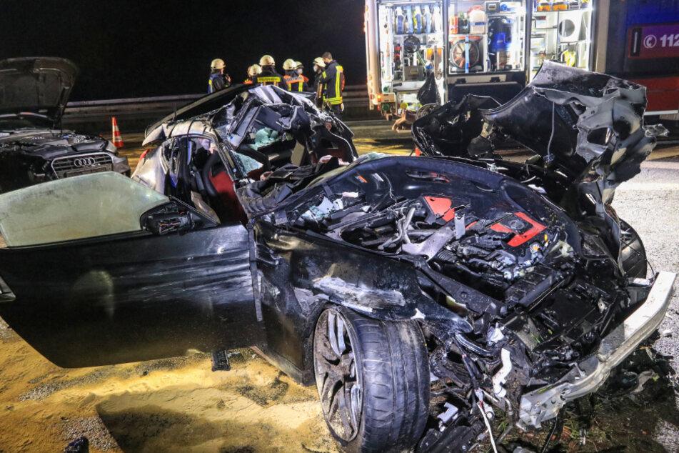 Sportwagen kracht in geparkten Lastwagen: Fahrer schwebt in Lebensgefahr