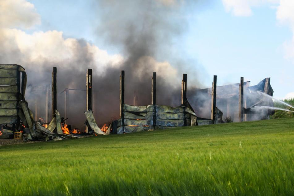 Die Möbelfabrik Romann aus Elterlein brannte komplett aus und stürzte danach ein.