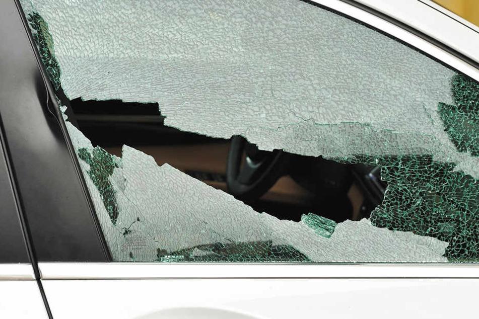 Eine Seitenscheibe am Streifenwagen ging bei der Attacke zu Bruch. (Symbolbild)