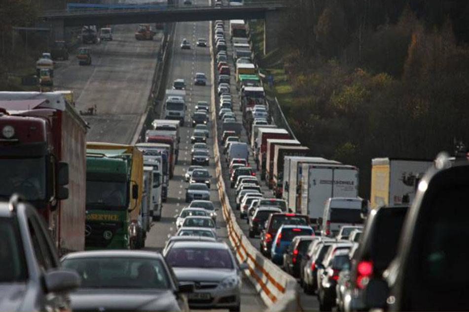 Bei Hedemünden fuhr der 23-Jährige von der Autobahn ab. Sein 21.000 Euro schwerer Unfall, flog aber auf.