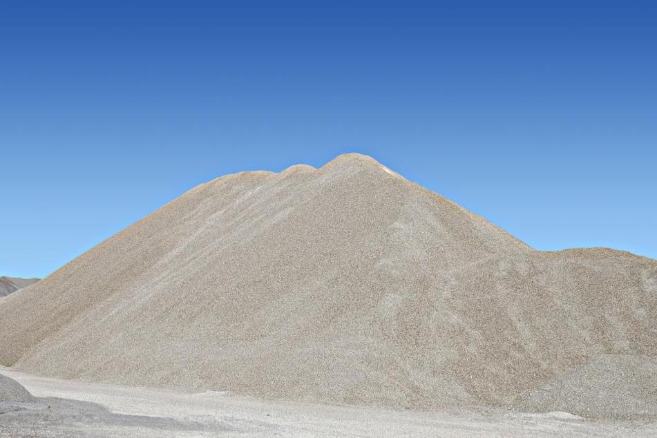 Der Mann wurde unter Sand verschüttet. (Symbolbild)