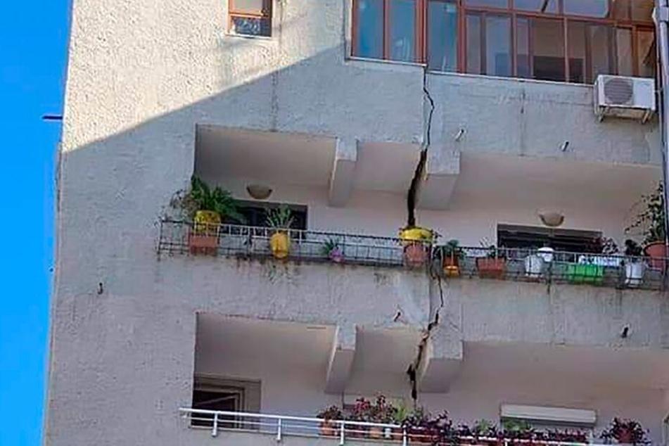 Ein Gebäude ist durch einen vertikalen Riss über mehrere Etagen beschädigt.