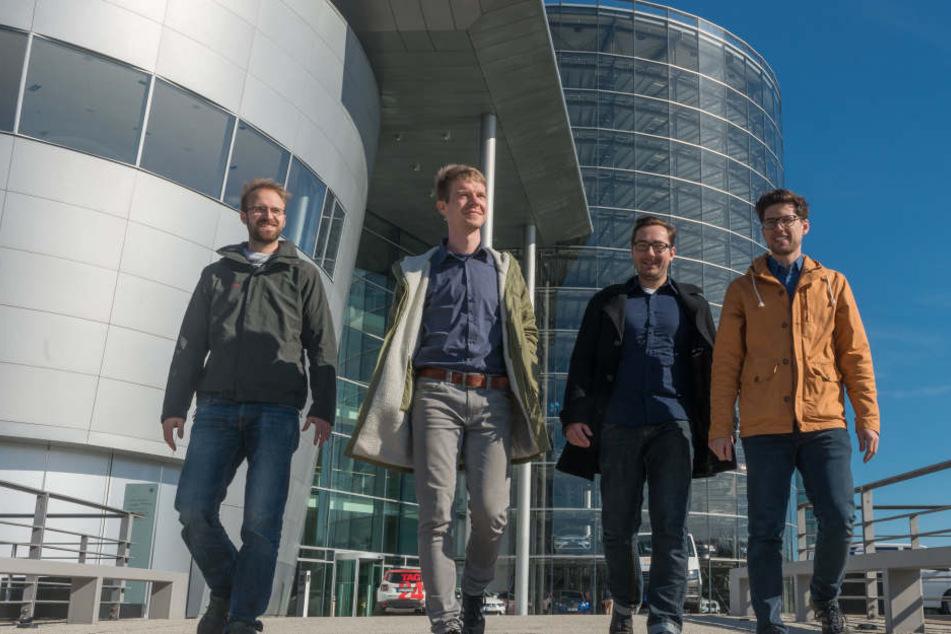 Richard Vetter (29, v.l.n.r. ), Bastian Thiere (31), Gregor Wendt (30) und  Martin Wesner (30) beziehen ab Mai ein Büro in der Gläsernen VW-Manufaktur.