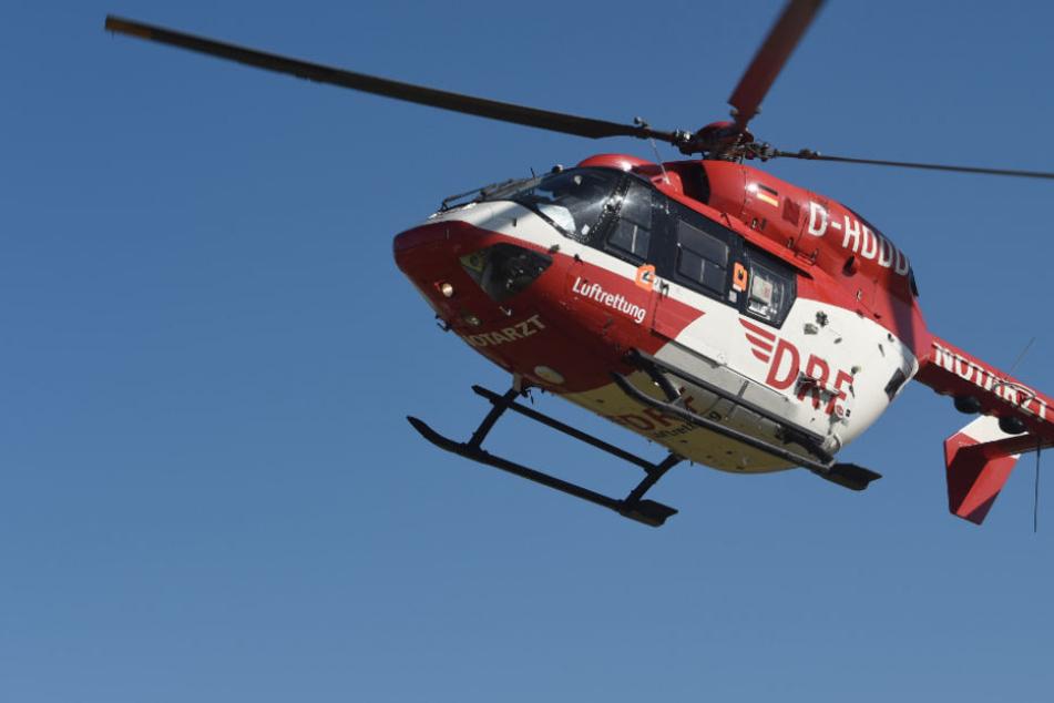 Mit einem Rettungshubschrauber wurde der Schwerverletzte in die Klinik geflogen (Symbolfoto).