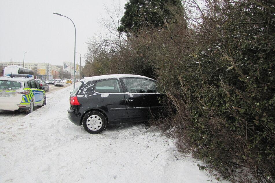 Der VW landete in einem Busch am Straßenrand.