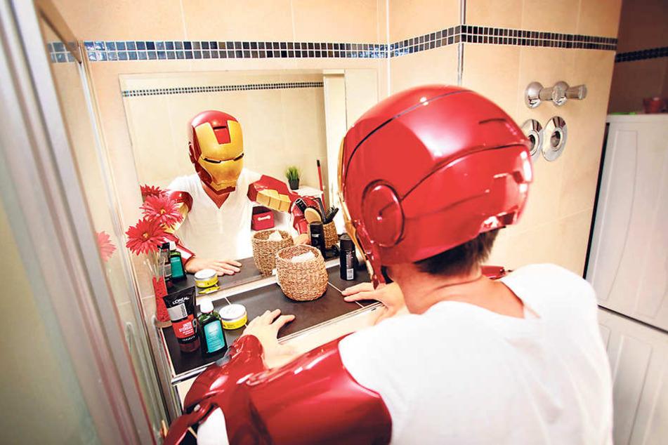 Zu Hause vorm Spiegel überzeugt sich Rocco Zschuppe von Sitz und Ähnlichkeit seines Helms und seiner Armteile.