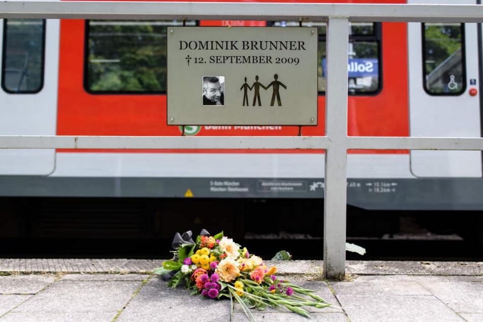 """Ein Schild mit der Aufschrift """"Dominik Brunner, gestorben am 12. September 2009"""" ist am Rande der Gedenkveranstaltung anlässlich des 10. Todestages von Dominik Brunner am Bahnsteig in Solln zu sehen."""
