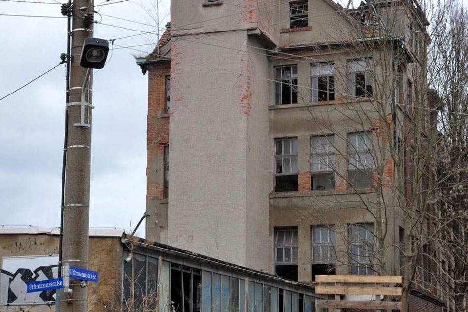 """Im Januar flatterte der Bewilligungsbescheid für den Abriss ins Haus. Nun ist die ehemalige Mikado-Strickwarenfabrik """"Aktivist"""" in Zwickau-Oberplanitz bald zerbröckelte Geschichte."""