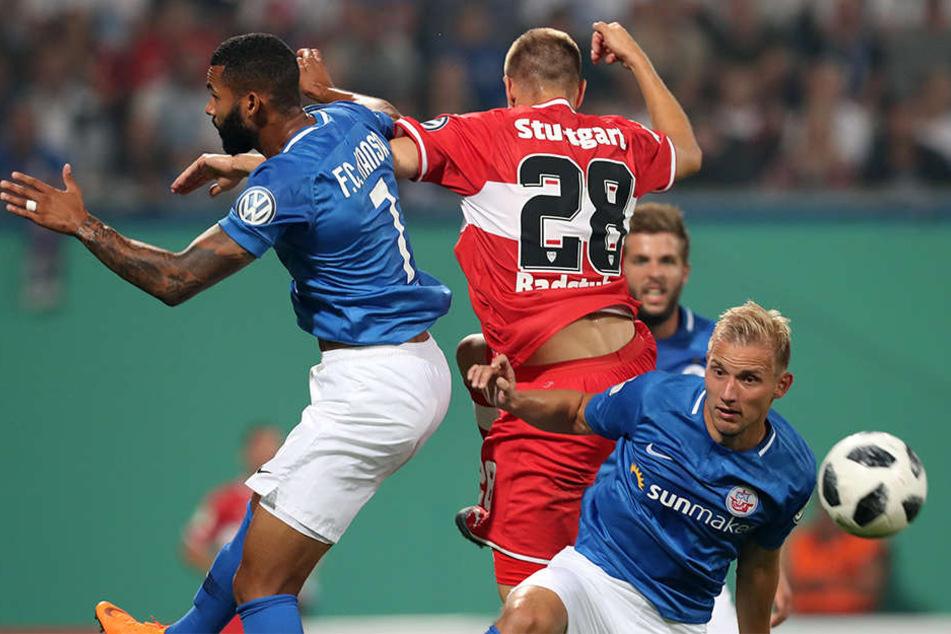 Hart umkämpft: Die Rostocker Cebio Soukou (links) und Stefan Wannewetsch (rechts) setzen sich gegen Stutgarts Holger Badstuber (Mitte) durch.