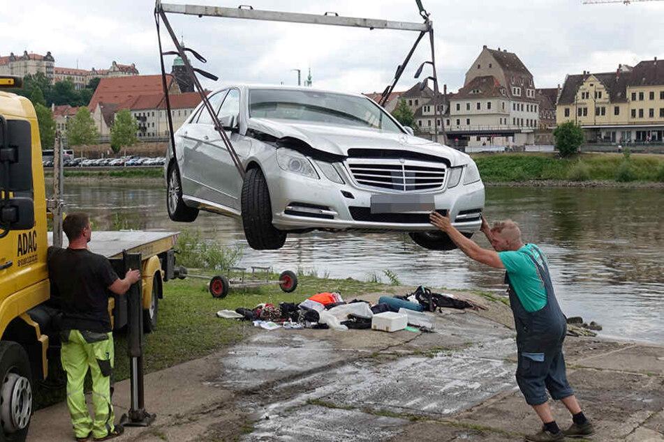 Der Abschleppdienst musste das Fahrzeug aus dem Wasser hieven.