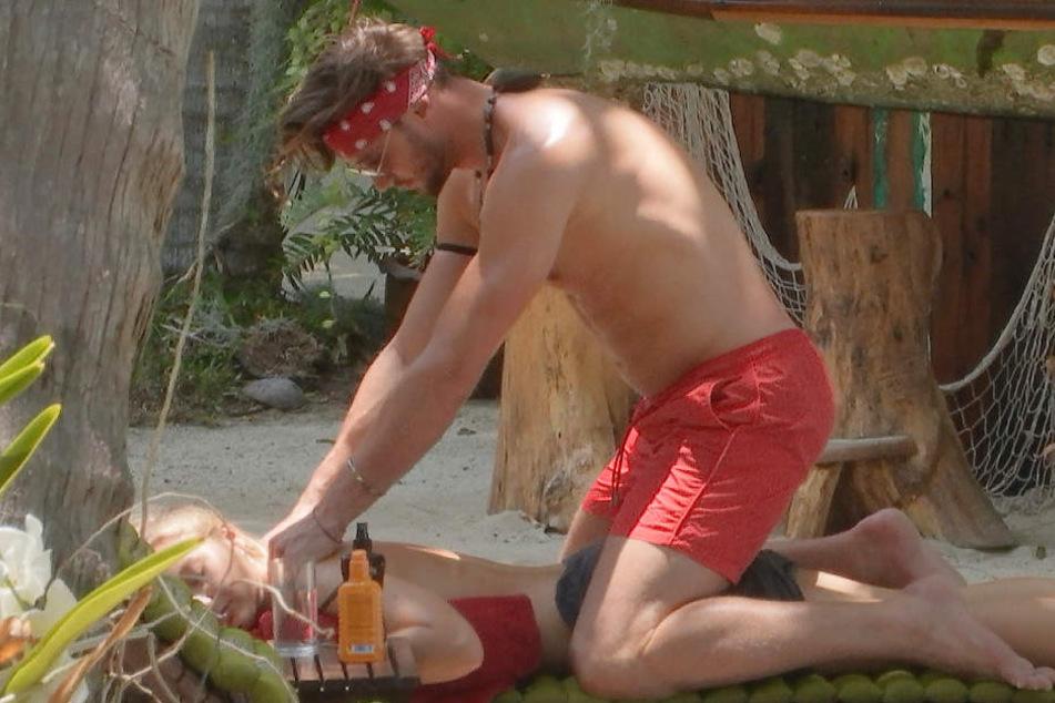 Es wird heiß im Paradies: Svenja genießt die Rückenmassage von Michi.