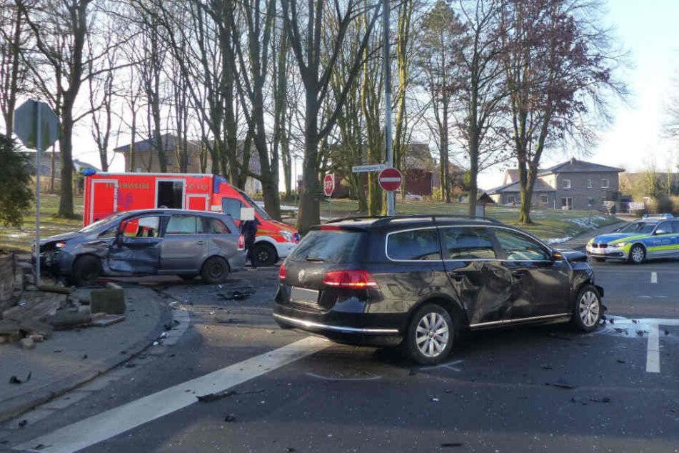 Der Opel wurde gegen eine Grundstücksmauer geschleudert.