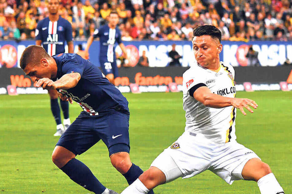 Baris Atik (r.) beim Testspiel gegen Paris St. Germain im Duell mit Marco Verratti.