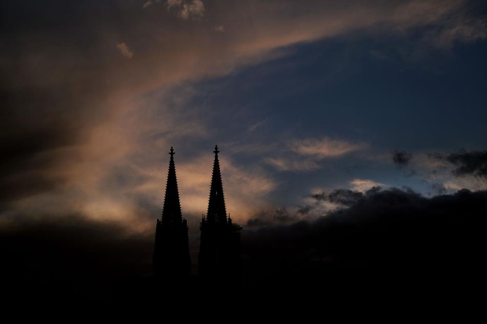 Das Wetter bleibt in NRW auch in der neuen Woche wechselhaft. Am Montag wechseln sich Sonne und dichte Wolken ab, die Temperaturen in Köln erreichen 13 bis 16 Grad.