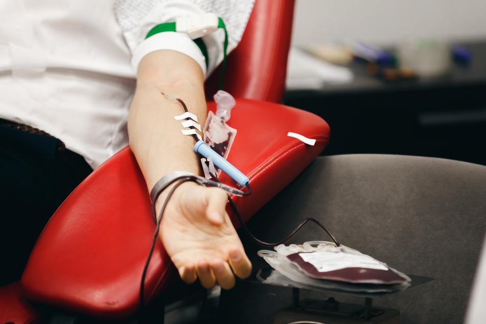 In den sozialen Netzwerken wird behauptet, dass gegen das Coronavirus Geimpfte kein Blut mehr spenden dürfen. (Symbolbild)
