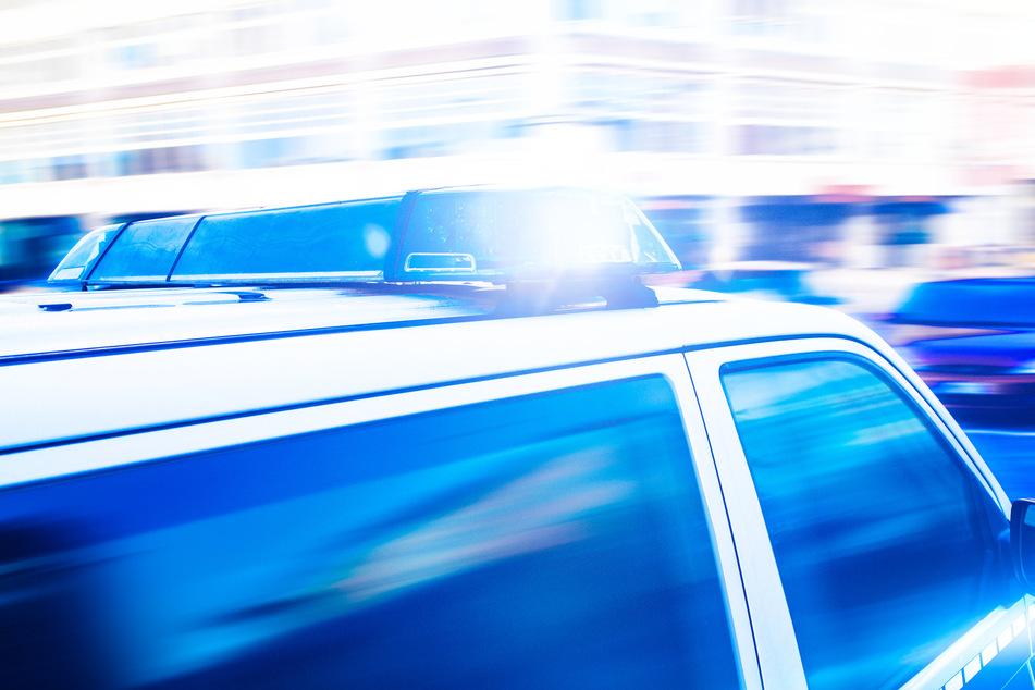Anhänger-Dieb fährt an seinem Opfer vorbei und baut auf Flucht Unfall