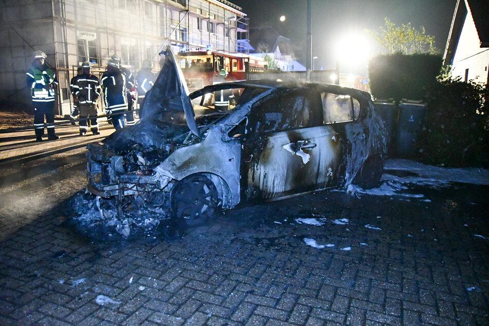 Die drei Wagen waren vollständig ausgebrannt. Die Polizei hat die Ermittlungen zur Ursache aufgenommen.