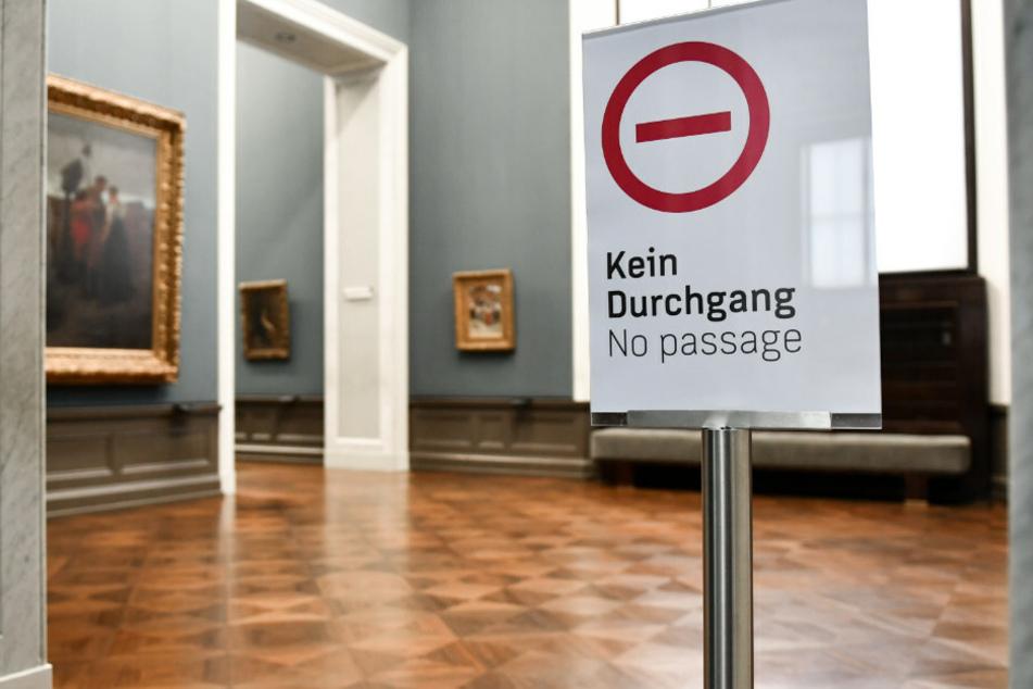 """Ein Schild mit der Aufschrift """"Kein Durchgang - no passage"""" steht in der geschlossenen Alten Nationalgalerie. Lederer befürchtet eine Verarmung im Kultursektor durch die Corona-Pandemie. (Symbolfoto)"""