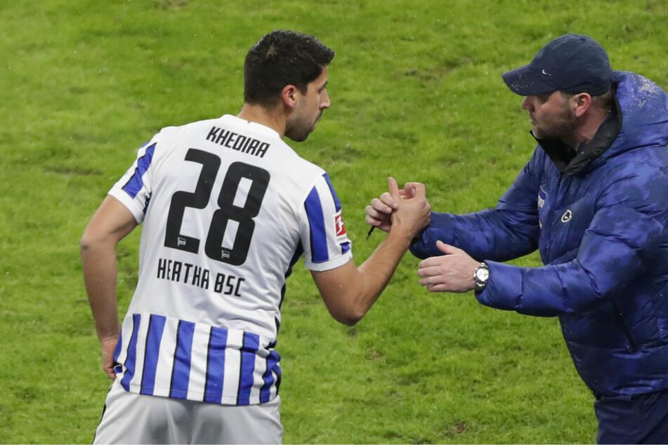 Sami Khedira (33) von Hertha BSC spricht bei seiner Einwechselung mit seinem Trainer Pal Dardai (44).