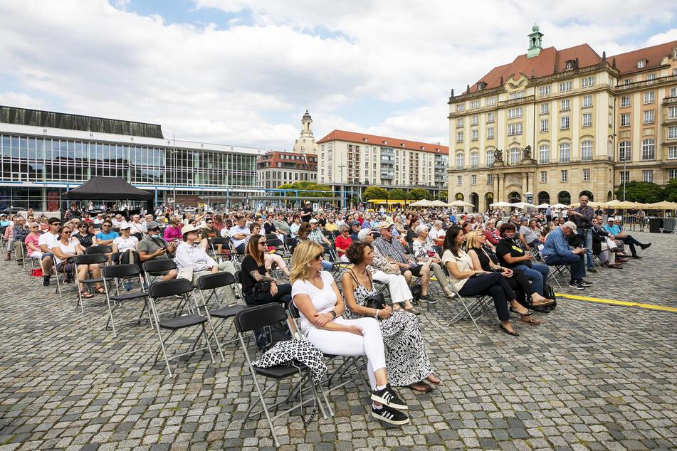 Zahlreich kamen interessierte Dresdner auf den Altmarkt und schauten sich das Eröffnungs-Programm an.