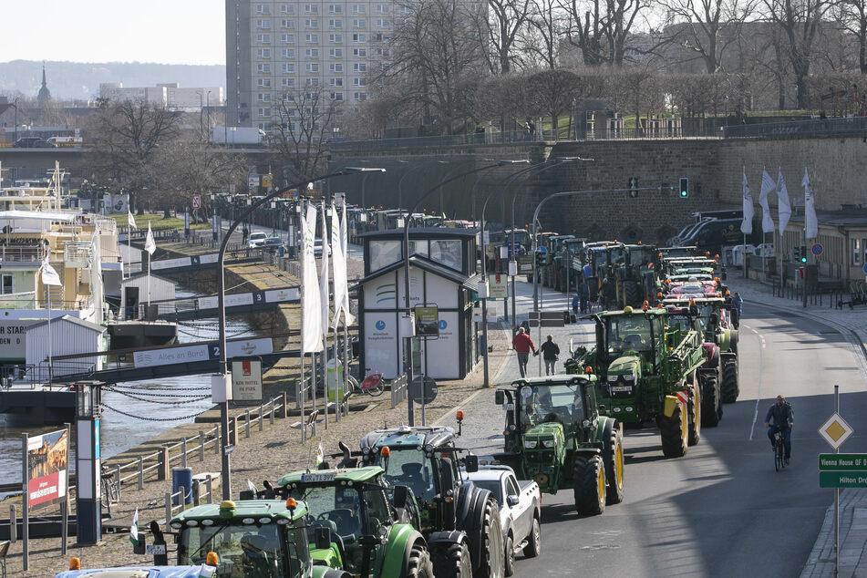 Traktoren-Demo vor Landtag: Bauern sorgen für Behinderungen