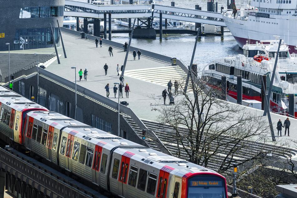 Eine U-Bahn der Linie 3 fährt am Hafen entlang.