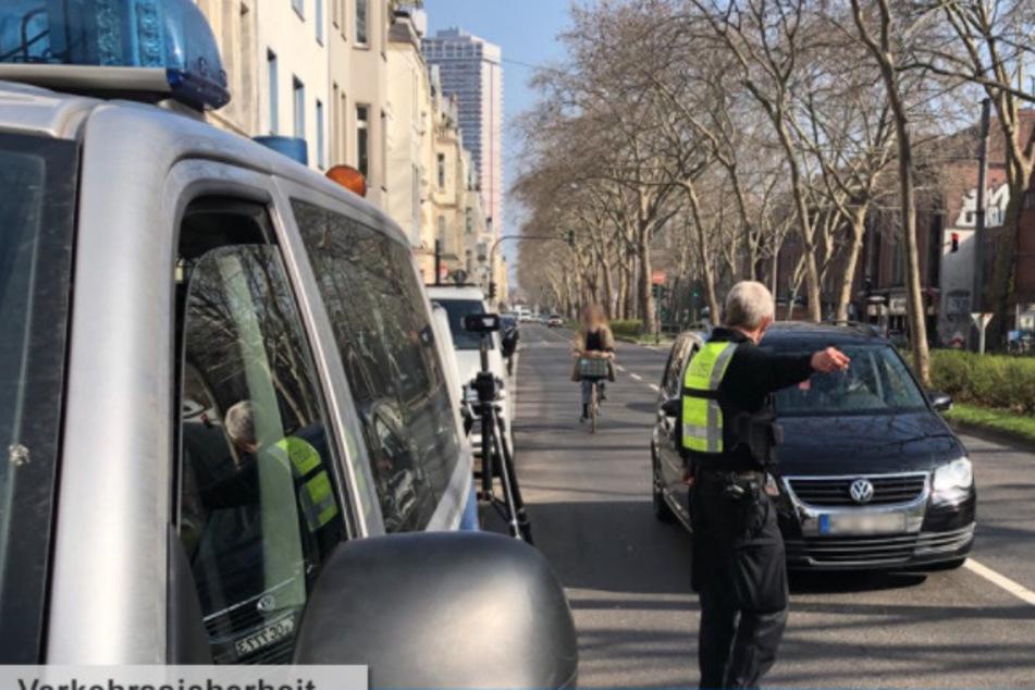 Das Foto zeigt einen Autofahrer, der eine Radfahrerin ohne ausreichenden Seitenabstand überholt hat. Er musste vor Ort ein Verwarnungsgeld in Höhe von 30 Euro zahlen.