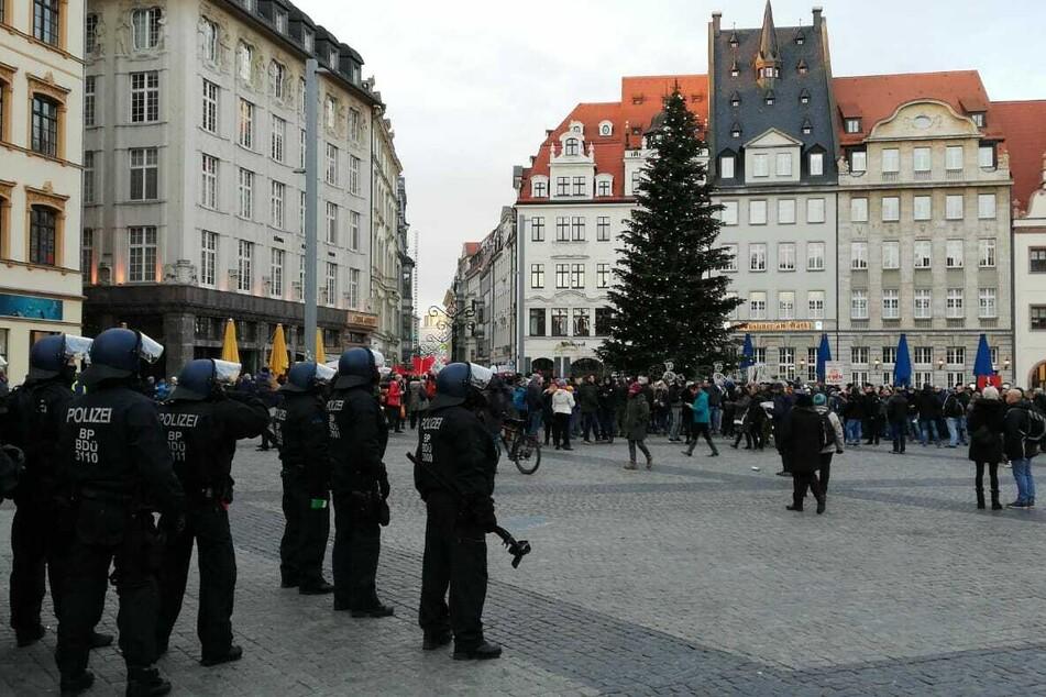 Auf dem Marktplatz sammelt sich eine neue Demonstration.