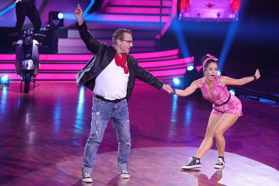"""Ex-Tagesschau-Sprecher Jan Hofer (69) und Christina Luft (31) bekamen einmal mehr die schlechteste Jury-Bewertung, konnten sich aber dank der Zuschauer in die nächste """"Let's Dance""""-Runde retten."""