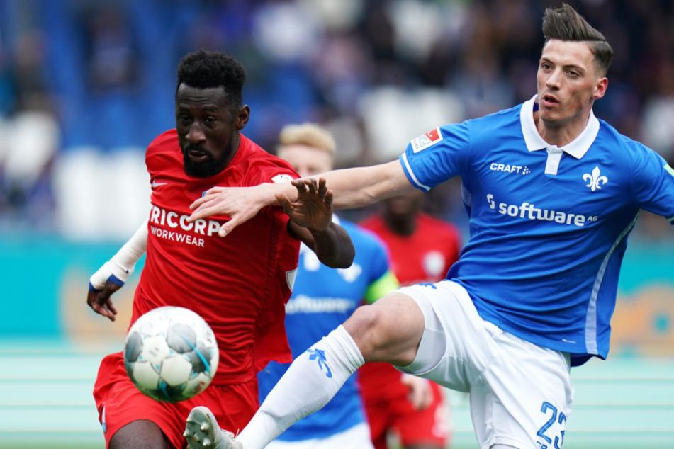 Darmstadts Nicolai Rapp (r) und Silvere Ganvoula von Bochum kämpfen um den Ball.