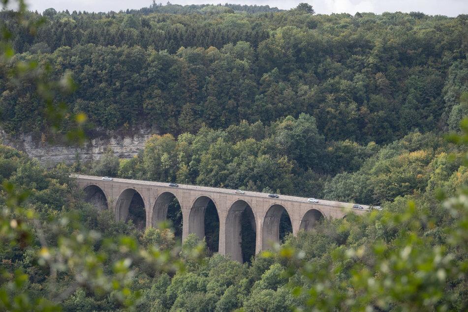 Gruibingen: Autos fahren am Drackensteiner Hang auf der A8 über die Drachenlochbrücke.