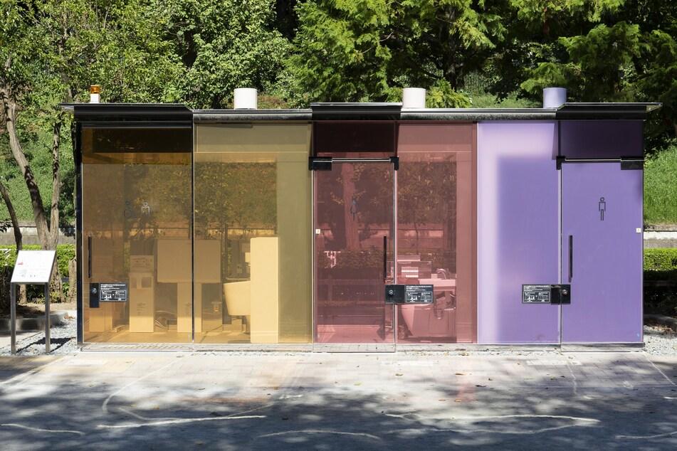 Die drei Toiletten aus transparentem Glas werden undurchsichtig, sobald jemand eintritt und die Tür verschließt.