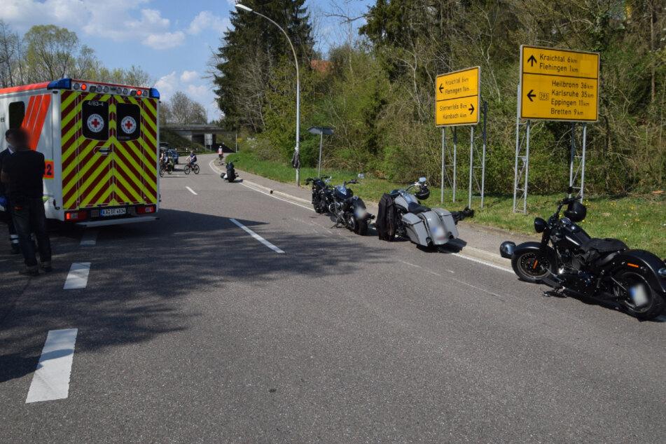 Ein Blick auf mehrere Motorräder am Unfallort.