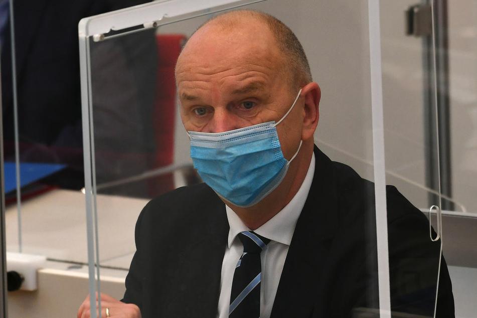 Brandenburgs Ministerpräsident Dietmar Woidke (59, SPD) hat die Bundesregierung scharf dafür kritisiert, die Reisewarnung für Mallorca aufzuheben.