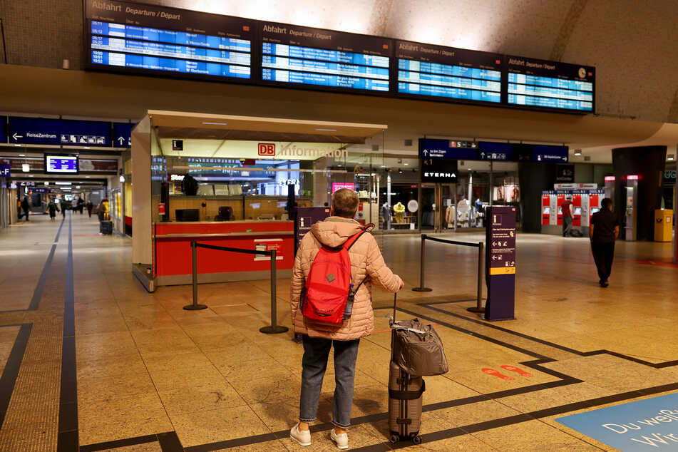 Weil er mit einem Rollkoffer touchiert wurde, ist ein Mann im Kölner Hauptbahnhof komplett ausgerastet. (Symbolbild)