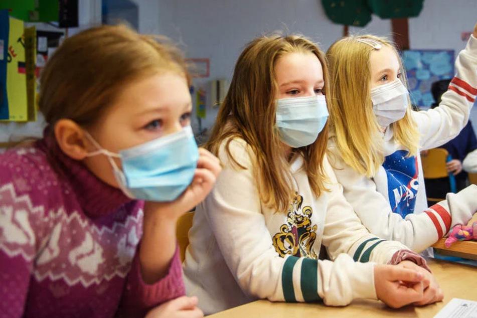 Seit Monaten müssen Kinder in Schulen Masken tragen. Die Kosten summieren sich für die Eltern auf.