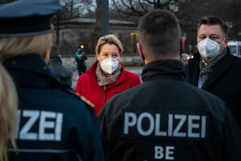 Berlin: Geisel und Giffey bedanken sich bei Berliner Polizisten im Silvestereinsatz
