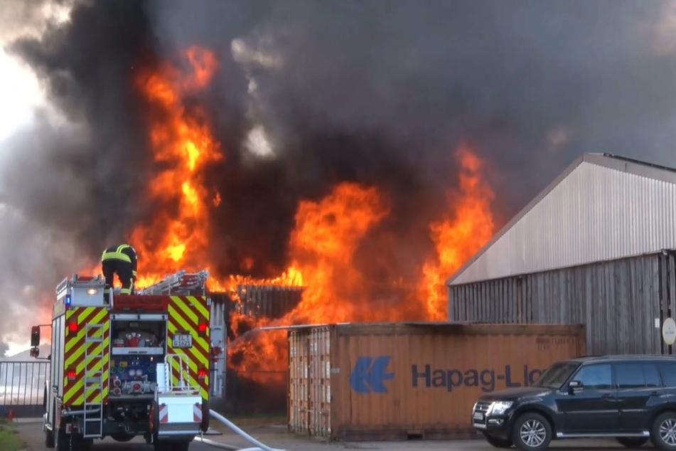 Flammen-Inferno in Industriehalle sorgt für einen Millionenschaden!