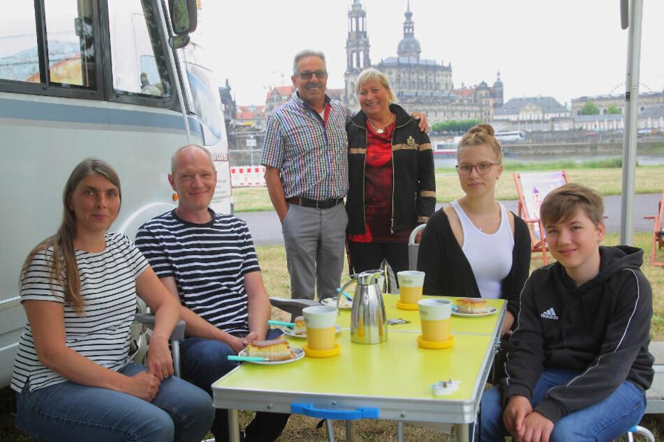 Glückliche Gewinner: Andrea (44), Johannes (47), Malika (18) und Jarik Oldenburg (13) sowie Erich (67) und Angela Graf (65) können direkt an der Elbe campen.