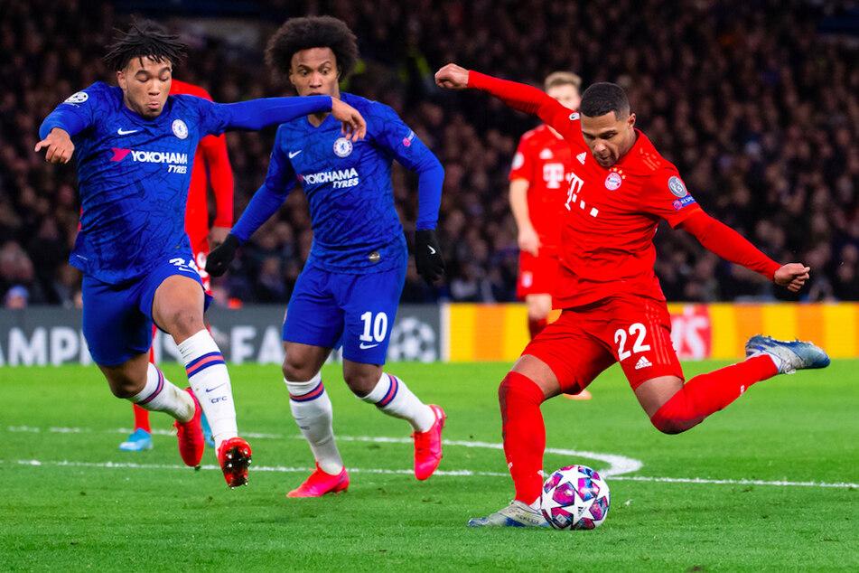 Serge Gnabry (r) von München und Reece James (l) und Willian von Chelsea kämpfen um den Ball. (Archivbild)